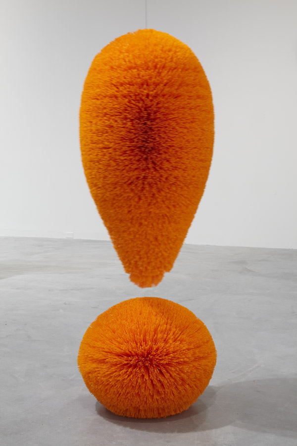 Richard Artschwager  Exclamation Point , 2010  Plastic bristles on a mahogany core painted with latex  165.1 × 55.9 × 55.9 cm  Private collection  Courtesy Gallery Xavier Hufkens, Brussels  Photo: Allan Bovenberg  © Estate of Richard Artschwager, VEGAP, Bilbao, 2020